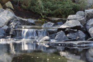 vandfald i haven med sten